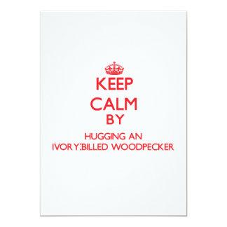 Mantenha a calma abraçando um pica-pau convite 12.7 x 17.78cm