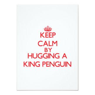 Mantenha a calma abraçando um rei pinguim convites personalizados