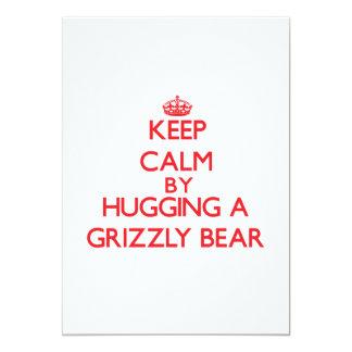 Mantenha a calma abraçando um urso de urso convites