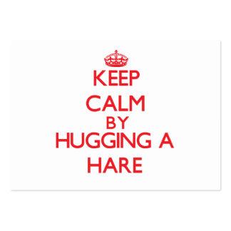 Mantenha a calma abraçando uma lebre cartao de visita