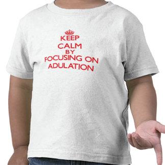 Mantenha a calma centrando-se sobre a adulação t-shirt