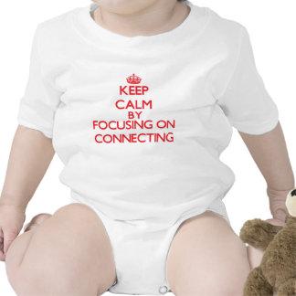 Mantenha a calma centrando-se sobre a conexão macacãozinho para bebê
