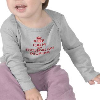 Mantenha a calma centrando-se sobre a disciplina t-shirts