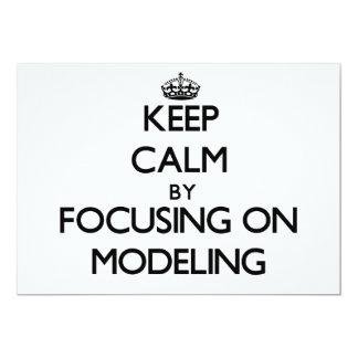 Mantenha a calma centrando-se sobre a modelagem convites personalizado