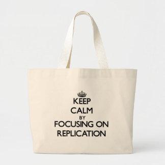 Mantenha a calma centrando-se sobre a réplica bolsa de lona