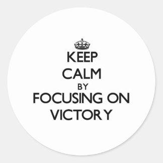 Mantenha a calma centrando-se sobre a vitória adesivos em formato redondos