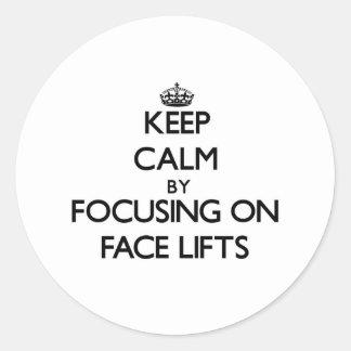 Mantenha a calma centrando-se sobre faces lift adesivo