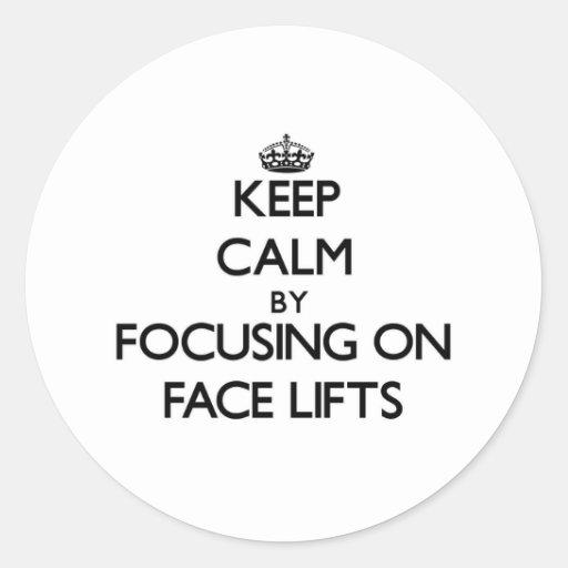 Mantenha a calma centrando-se sobre faces lift adesivo em formato redondo
