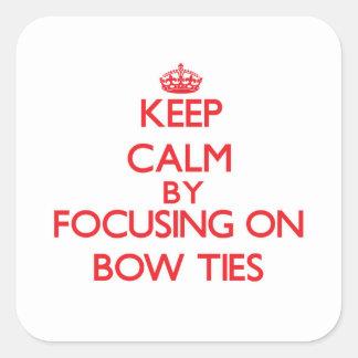 Mantenha a calma centrando-se sobre laços adesivos quadrados