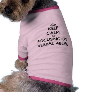 Mantenha a calma centrando-se sobre o abuso verbal camisetas para cães