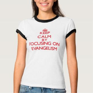 Mantenha a calma centrando-se sobre o EVANGELISMO Camiseta