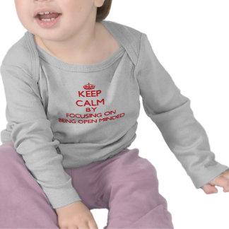 Mantenha a calma centrando-se sobre ser de mente tshirts