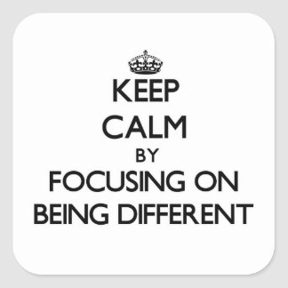 Mantenha a calma centrando-se sobre ser diferente adesivo quadrado