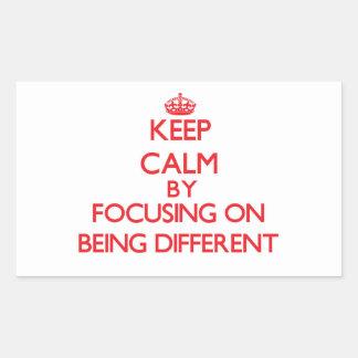 Mantenha a calma centrando-se sobre ser diferente adesivo retangular