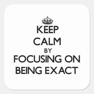 Mantenha a calma centrando-se sobre SER EXATO Adesivos Quadrados