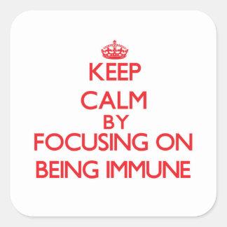 Mantenha a calma centrando-se sobre ser imune adesivo em forma quadrada