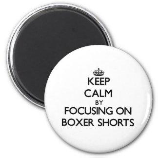 Mantenha a calma centrando-se sobre Shorts do pugi Ímã Redondo 5.08cm