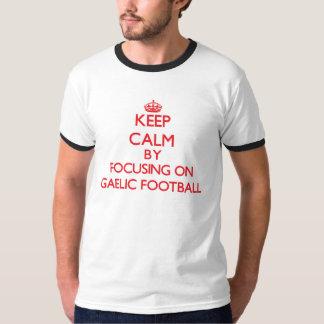 Mantenha a calma centrando-se sobre sobre o camisetas