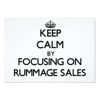 Mantenha a calma centrando-se sobre vendas Rummage Convites Personalizados