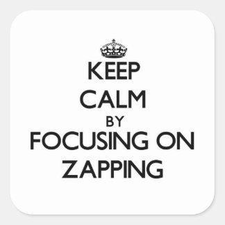 Mantenha a calma centrando-se sobre Zapping Adesivos Quadrados
