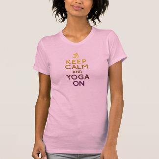mantenha a calma e a ioga na camisa de t