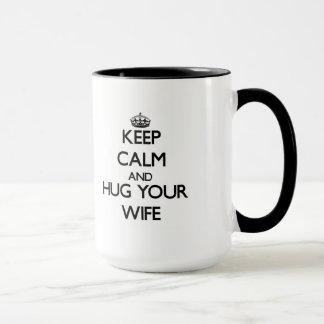 Mantenha a calma e abrace sua esposa caneca