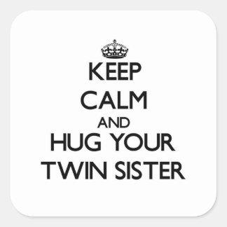 Mantenha a calma e abrace sua irmã gêmea adesivo quadrado