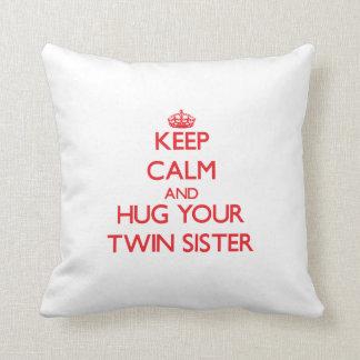 Mantenha a calma e ABRACE sua irmã gêmea Almofada