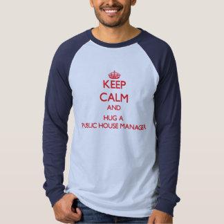 Mantenha a calma e abrace um gerente do bar camisetas