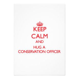 Mantenha a calma e abrace um oficial da conservaçã convite personalizado