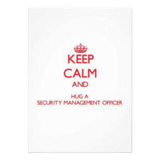 Mantenha a calma e abrace um oficial da gestão da  convite