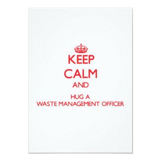 Mantenha a calma e abrace um oficial da gestão de convite 12.7 x 17.78cm