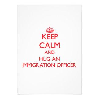 Mantenha a calma e abrace um oficial da imigração convites personalizado