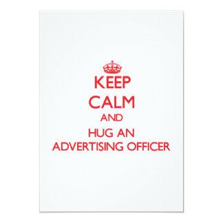 Mantenha a calma e abrace um oficial da propaganda convite 12.7 x 17.78cm