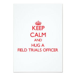 Mantenha a calma e abrace um oficial das convite 12.7 x 17.78cm