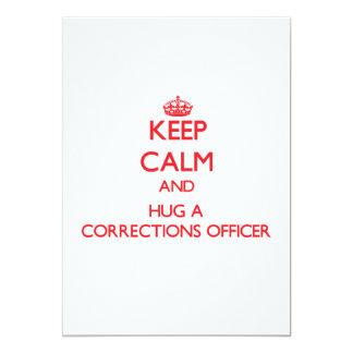Mantenha a calma e abrace um oficial de correções convite 12.7 x 17.78cm