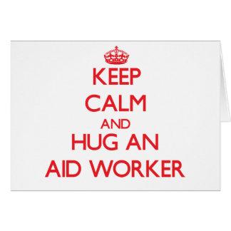 Mantenha a calma e abrace um trabalhador de auxíli cartão comemorativo
