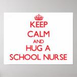 Mantenha a calma e abrace uma enfermeira da escola posteres