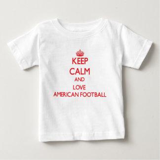 Mantenha a calma e ame o futebol americano t-shirts