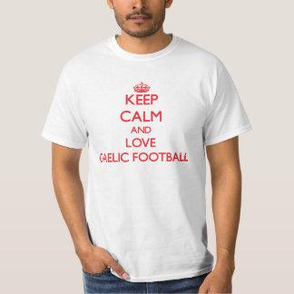 Mantenha a calma e ame o futebol gaélico t-shirt