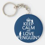 Mantenha a calma e ame pinguins (alguma cor) chaveiro