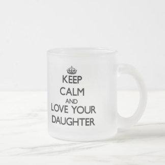 Mantenha a calma e ame sua filha caneca de café vidro jateado