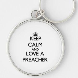 Mantenha a calma e ame um pregador chaveiro redondo na cor prata
