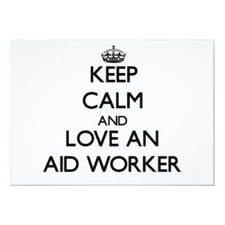 Mantenha a calma e ame um trabalhador de auxílio convite