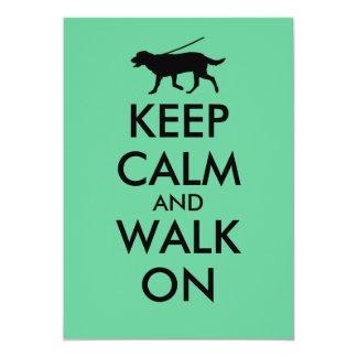 Mantenha a calma e ande no cão Labrador de passeio Convites