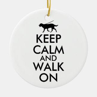 Mantenha a calma e ande no cão Labrador de passeio Enfeite Para Arvore De Natal