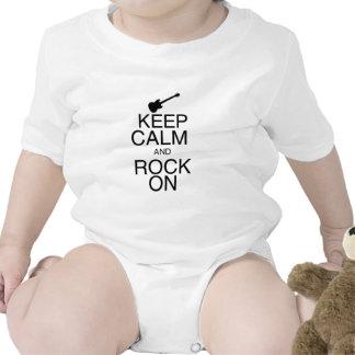 Mantenha a calma e balance-a sobre macacãozinhos para bebê