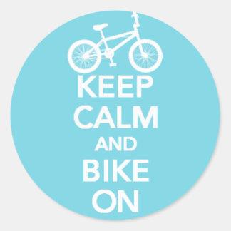 Mantenha a calma e Bike na etiqueta redonda Adesivo