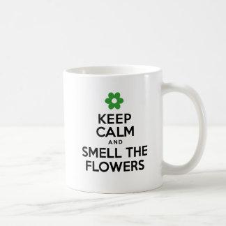 Mantenha a calma e cheire a caneca do primavera
