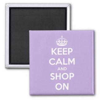 Mantenha a calma e comprar na lavanda ímã quadrado